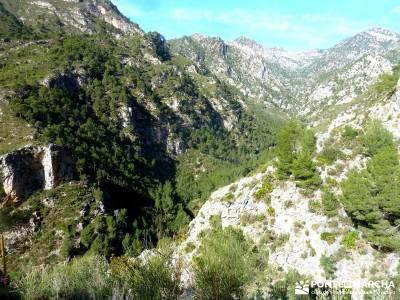 Axarquía- Sierras de Tejeda, Almijara y Alhama; gente senderista; excursiones en grupo